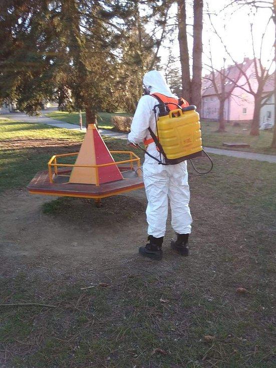 Dezinfekce veřejných prostor v Holýšově. Foto: Hasiči Holýšov