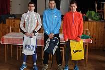 38. Novoroční běh v Draženově vyhrál Jiří Voják (uprostřed). Vlevo je druhý Martin Frei, vpravo stojí třetí v kategorii mužů do 35 let a čtvrtý absolutně Radek Veselý