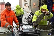 Třebaže skládkovné narostlo nejen pro město Domažlice o 185 korun za tunu, zastupitelé o zvýšení poplatku za odpady zatím nejednali.  Na snímku vysypávají obsah popelnic pracovníci DTS  (upředu zleva) Martin Paroubek, Alexandr Cifra a Luboš Kuželka.