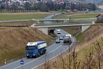 B20 – OBCHVAT FURTHU IM WALD. Kamiony tam pohodlně jedou mimo město, navíc po široké, jen mírně vykroužené silnici.