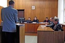ZE SOUDU. Pavel Kaluža (zprava) a Lukáš Auervek čelili obvinění ze zločinu krádeže. Vypovídal i zástupce poškozeného kasína (vlevo).