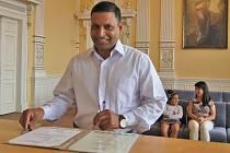 JAVED IQBAL podpisem v domažlické obřadní síni stvrdil udělení českého státního občanství.