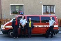 PO PŘEDÁNÍ POVODŇOVÉ POMOCI V KŘEŠICÍCH. Místostarosta SDH Kout Ladislav Antony (zcela vlevo) a kronikářka sboru Helena Klimentová (třetí zleva) se museli nechat vyfotografovat se zástupci SDH Křešice, jimž předali humanitární pomoc.
