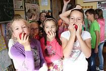 OVOCE A ZELENINA DO ŠKOL. V Mrákově si školáci tuto středu mohli pochutnat na červených jablíčkách.