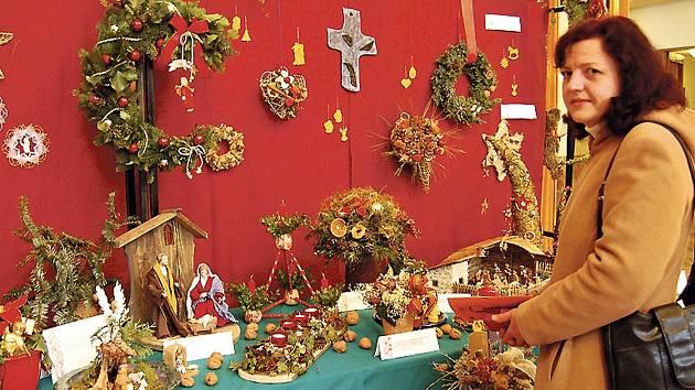 Z ADVENTNÍ VÝSTAVY V MKS. Tradičně se na ní představují svými výpěstky, adventními vazbami, věnci a betlémy přátelé z Bavorska.