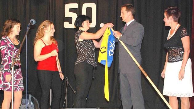 Na závěrečném abiturientském večírku pořádaném u příležitosti 50. výročí  Základní školy v Holýšově předala místostarostka města zástupcům školy novou vlajku.
