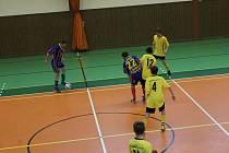 Futsalisté SK Bomber Domažlice ( v modrém) jsou v aktuální tabulce krajského přeboru pevně usazeni na čtvrtém místě, hráči Dynama Horšovský Týn (ve žlutém) jsou poslední..