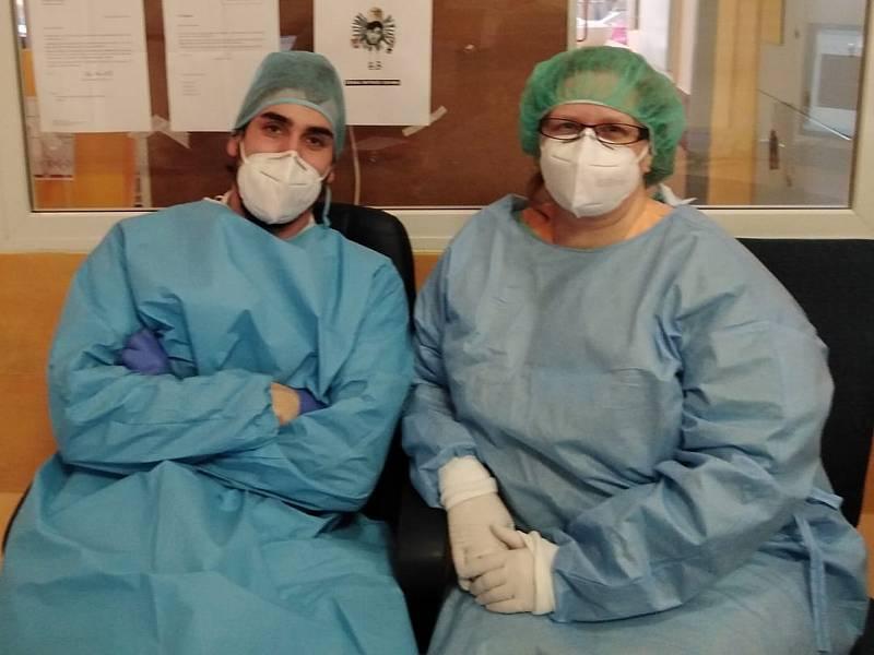 Kamil Zábranský pracuje jako lékař na covidovém oddělení Domažlické nemocnice. Na snímku je s vrchní sestrou Romanou Štroblovou.