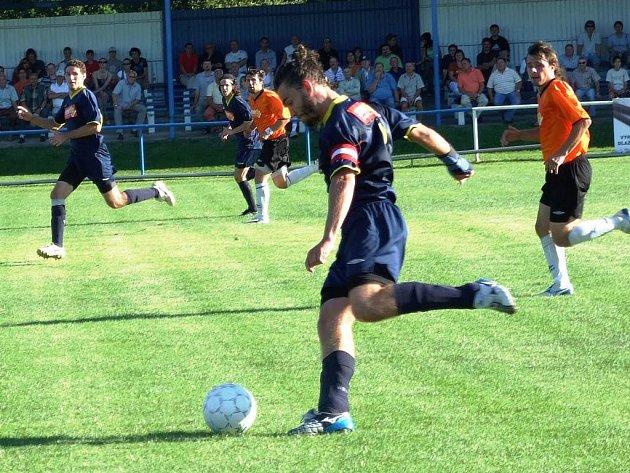 První divizní zápas sehrála Jiskra Domažlice v Horažďovicích, kde i přes dobrý výkon podlehla 0:1. Na snímku kapitán Michal Tesař