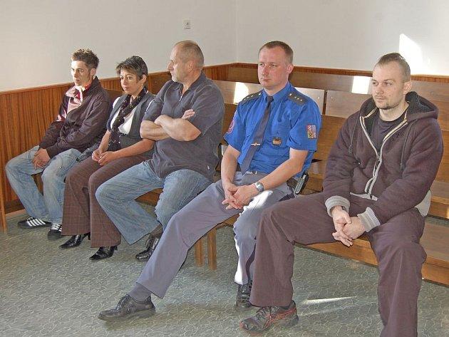 Na lavici obžalovaných usedli (zleva) Jakub Halász, Pavlína Halászová, Jiří Štětka a Antonín Pacanda.