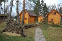 Mohutná borovice poškodila chatku na Šnajberku