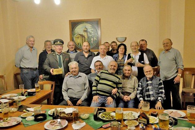 SPOLEČNÁ FOTOGRAFIE účastníků páteční schůze ve Škarmance.