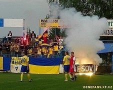 Nejen v Kolovči, ale i v divizním Benešově mají fotbalové fanoušky. Jejich choreo v derby s Vlašimí B byla povedená.