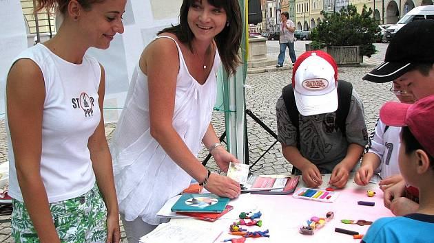 Z akce Benjamínku na domažlickém náměstí.Simona Váchalová (uprostřed) se Zuzanou Svobodovou a školáky, kteří modelovali.