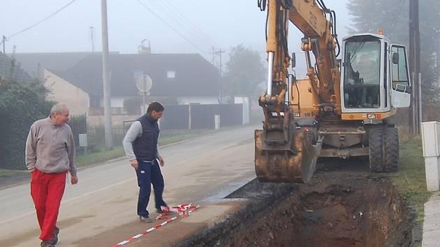 Ve spádové vsi města Domažlic, Havlovicích, probíhají práce na protipovodňových opatřeních.
