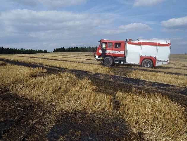 Pole u Stanětic, kde hasiči likvidovali hořící strniště