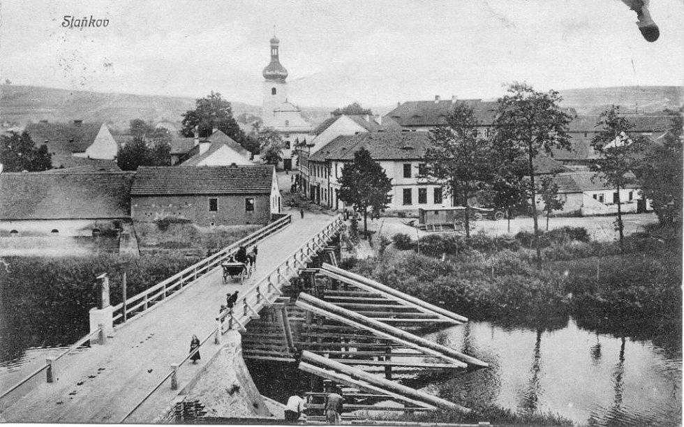 Původní dřevěný most ve Staňkově.
