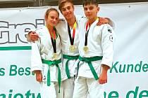 To je záře! Tři zlaté medaile za vítězství ve svých kategoriích si na turnaji v Berlíně na krk pověsila trojice mladých judistů (zleva) Šárka Zdeborová, David Johánek a Filip Valenta.