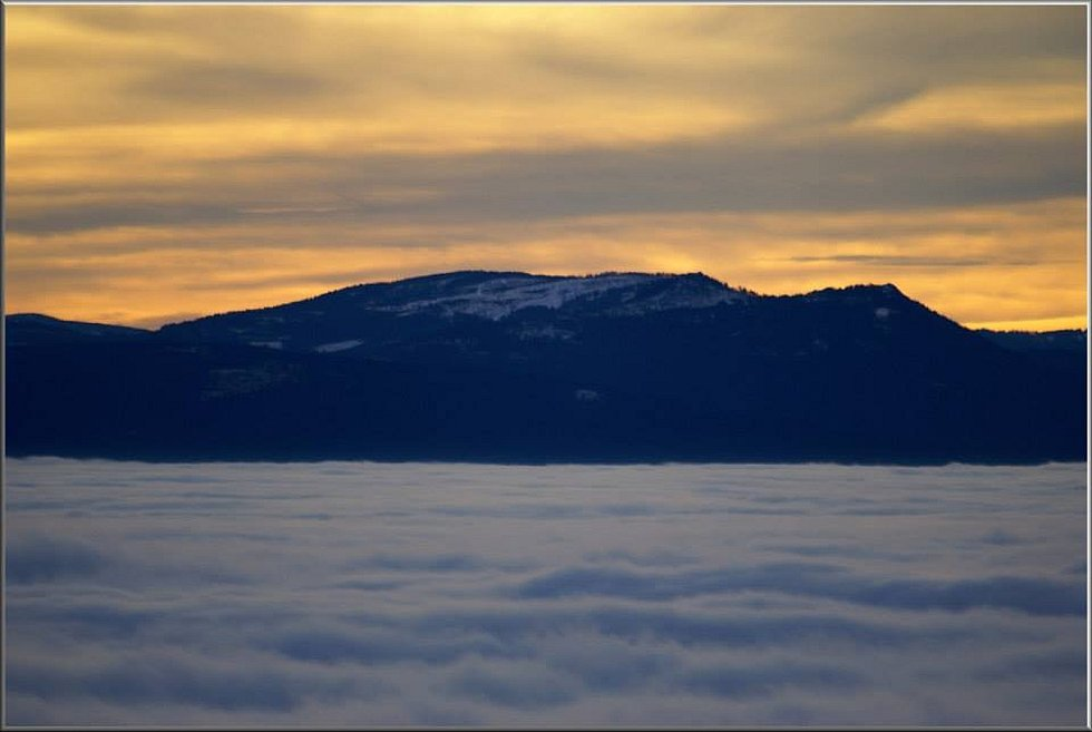 Zleva:. Jezerní hora (1343 m), Svaroh (Zwercheck 1334 m) a V. a M. Ostrý (Gr. a Kl. Osser, 1293m a 1266m).
