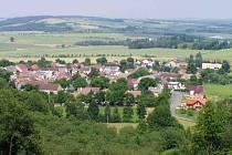 Újezd: Pohled z Hrádku v době, kdy pod ním na okraji Újezda rostly první nové domy.