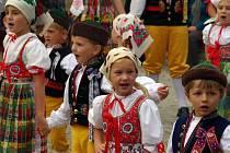 Z ÚČINKOVÁNÍ MRÁČKU NA MEZINÁRODNÍM FESTIVALU. Děti, mezi nimiž byli i předškoláci, v Českém Krumlově ´nezapadly´- spíše naopak. Jejich vystoupení byla přijata velmi vřele.