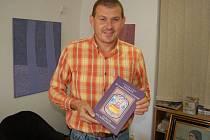 RECEPTY ZE ZÁMECKÝCH KUCHYNÍ. Novou knihu představuje její spoluautor Josef Nejdl.