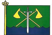 BUDOU HÁJIT ZÁJMY OBCE, jíž náleží tento prapor. Obyvatelé horní části Postřekova kdysi vlastnili lesy (zelená barva), ti v dolní části rybníky (modrá). Čakany značí příslušnost k Chodsku a meč patrona postřekovské kaple sv. Jakuba, jenž byl sťat.