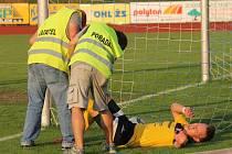 Kapitán FC Dynamo Horšovský Týn Martin Čedík byl v utkání s domažlickou ´Benfikou´odkázán na pomoc pořadatelů. Od vlastních se jí bohužel nedočkal.