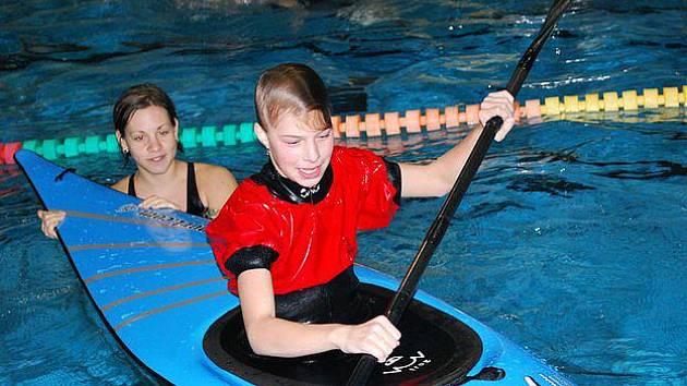 Horšovskotýnští vodáci v zimě trénují v plaveckém bazénu v Domažlicích. Jejich výcvik lze občas pozorovat prostřednictvím webové kamery, která od nedávna dění v bazénu monitoruje.