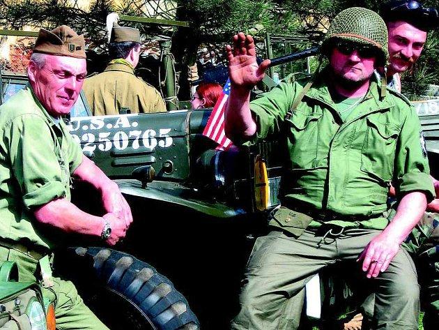 VOJÁCI NA  BUKOVECKÉ NÁVSI. Prostranství u Obecního úřadu v Bukovci zaplnili v sobotu ´vojáci´, kteří se účastnili slavnostního odhalení pamětní desky deseti americkým letcům, kteří nedaleko Bukovce zahynuli 22. dubna 1944.