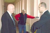 Michal Kravec (vpravo) se svým obhájcem.