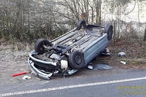 AUTO na střeše. Osmnáctiletý řidič byl s lehkými zraněními převezen do nemocnice.