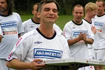 Známý herec Ivan Trojan oslaví po fotbalovém zápase v Krchlebech narozeniny.