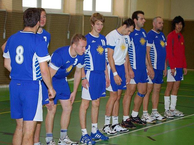 Volejbalisté Jiskry Domažlice při nástupu před zápasem.