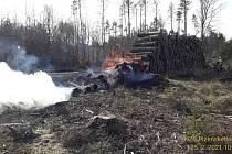 Požár uskladněného dřeva v lese mezi Spálencem a Českou Kubicí na Domažlicku.