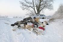 ČERNÁ SKLÁDKA. Strážníci objevili horu odpadu nedaleko baldovského památníku.
