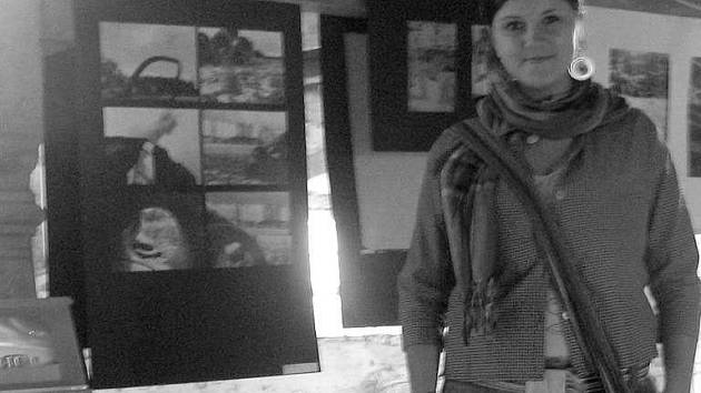 Štěpánka Švarcová při své výstavě v Čečovcích
