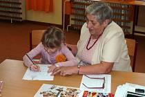 Ze zápisu do školy v Postřekově. Ani tentokrát při něm nemohla chybět Helena Tomášková, pedagožka ve výslužbě, která ve škole v případě potřeby pomáhá.