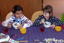 SPOLEČNÝ OBĚD PRVŇÁČKŮ. Vychutnaly si ho (zleva) také Sabinka Nasybullina a Nicolka Patáková ze třídy 1. B.