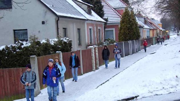 CHODNÍK V KOZINOVĚ ULICI. Tato část chodníku při jižní straně exponované silnice od centra Domažlic k nemocnici a třem sídlištím není zanesena v plánu zimní údržby Domažlických technických služeb. Sněhu a námrazy by ho měli zbavovat majitelé domků.