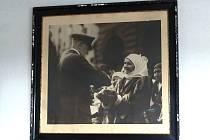 UVÍTÁNÍ CHLEBEM A SOLÍ. Prezidenta T. G. Masaryka vítala v Domažlicích Hančí Kozinová ze Stráže. Rodina zvětšenou a zarámovanou fotografii stále opatruje.