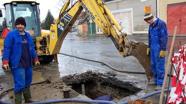 Vodovodní řad v Domažlicích má své za sebou. Poruchy jsou  téměř na denním pořádku i jinde v regionu.