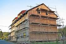 FOLMAVSKÁ BYTOVKA. Takto vypadala ještě poměrně nedávno. Dnes už má nové venkovní omítky a obec Česká Kubice, které dům patří, už vybrala nájemníky do osmi tamních bytů.