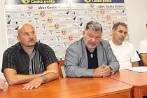 TISKOVÁ KONFERENCE JISKRY. Na snímku jsou zleva trenér Milan Dejmek, prezident klbu Jaroslav Ticháček a sportovní manažer Pavel Wolf.