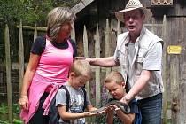 Újezdští byli na výletě u sousedů. Obrovským zážitkem pro děti byla možnost ´pochovat si´ užovku.