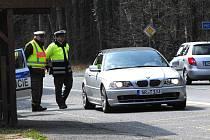 SPOLEČNÉ ČESKO-NĚMECKÉ HLÍDKY. Spolupráci lze vidět jak u dopravních policistů, tak i u dalších složek republikové policie. Přeshraniční spolupráce pak funguje také mezi celníky a hasičskými i zdravotnickými záchranáři.