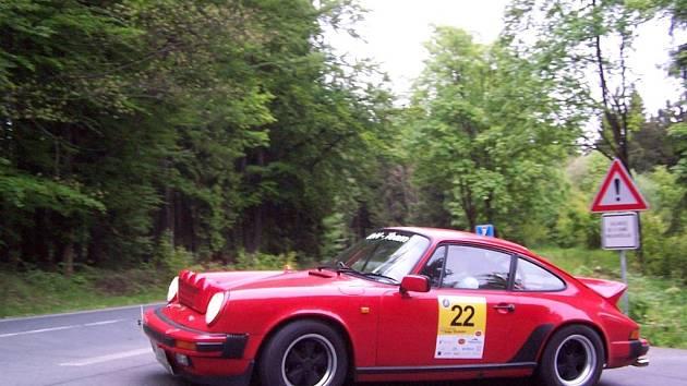 VOZY PORSCHE tvořily téměř polovinu skromného startovního pole Rallye Wiesbaden.