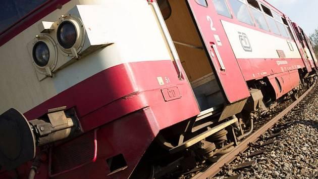 U Kralic se srazil vlak s autem. Soupravy na trati mezi Brnem a Jihlavou stojí