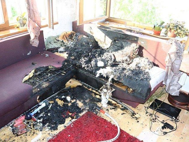 Hasiči vyjížděli ve čtvrtek dopoledne do Chodské Lhoty k požáru, který vznikl od převržené vodní dýmky.