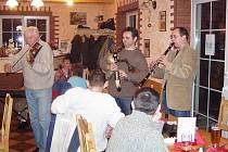 Jedno z pravidelných setkání Spolku přátel Furth im Wald - Domažlice. Vlastimil Konrády hraje na klarinet